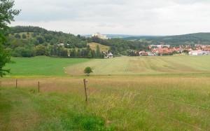"""""""Schau ins Land"""" ist auf einer Bank bei Kilometer 91 zu lesen. Der Blick in die Landschaft ist wirklich schön."""