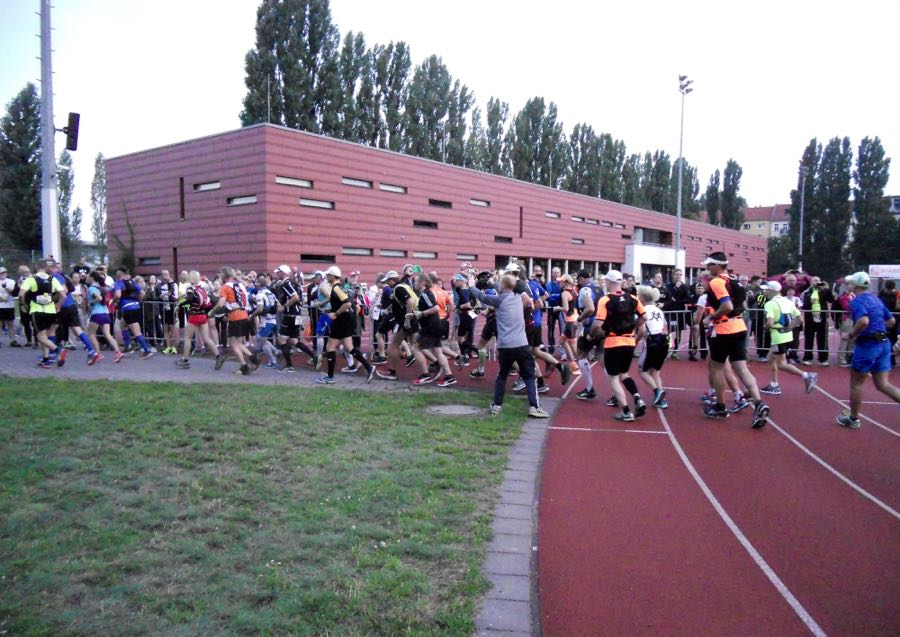 Kurz nach dem Start im Friedrich-Ludwig-Jahn-Sportpark.