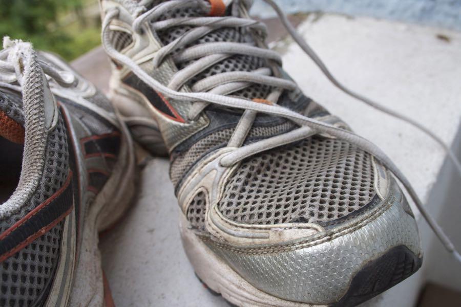 Abgesehen von einem Loch über dem großen Zeh beim linken Schuh, ist das Obermaterial nur wenig verschlissen.