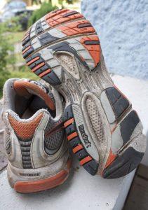Es ist schon erstaunlich, dass Laufschuhe wie diese Premier Road Plus überhaupt so lange halten können. Zwar empfehlen die Hersteller Laufschuhe nach 800 bis 1.000 Kilometern zu ersetzen, jedoch habe ich bisher nie Gelenkprobleme bekommen, wenn die Botten einfach länger getragen werden.